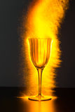 Cálice do vinho que transborda com faíscas Foto de Stock Royalty Free
