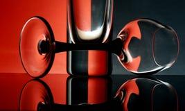 Cálices de vidro em um fundo colorido Imagem de Stock