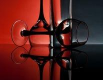 Cálices de vidro em um fundo colorido Imagens de Stock Royalty Free