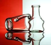 Cálices de vidro em um fundo colorido Fotos de Stock Royalty Free