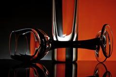 Cálices de vidro em um fundo colorido Foto de Stock Royalty Free