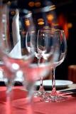 Cálices de vidro na tabela Foto de Stock Royalty Free