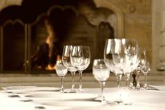 Cálices de vidro na tabela Imagens de Stock