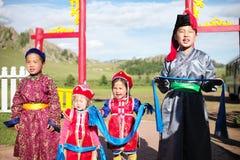 Cálida bienvenida de niños mongoles Foto de archivo libre de regalías