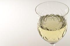 Cáliz cristalina con el vino blanco Foto de archivo