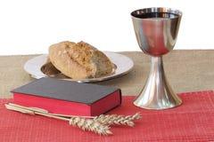 Cáliz de plata, biblia, pan en el fondo blanco imágenes de archivo libres de regalías