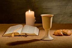 Cáliz del vino y de la biblia Imagen de archivo