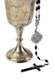 Cáliz y rosario adornados de la comunión Foto de archivo
