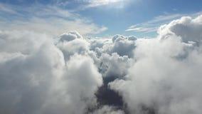 Cámara aérea maravillosa del abejón 4k que vuela arriba para arriba a través de la nube de lluvia blanca mullida en cielo azul cl almacen de video