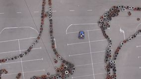Cámara aérea que sigue el kart azul en pista que compite con metrajes