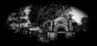 Cámara acorazada blanco y negro del mausoleo fotos de archivo