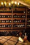 Cámara acorazada del vino Composición agradable de la copa de vino, del queso y de los accesorios en una tabla de madera Imagen de archivo
