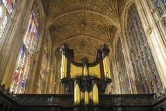 Cámara acorazada y órgano de la capilla en universidad del ` s del rey en Universidad de Cambridge foto de archivo