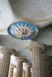 Cámara acorazada y columnata en el parque de Guell. Foto de archivo libre de regalías