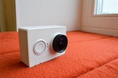 Cámara blanca de la acción con una lente grande Imagenes de archivo