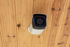 Cámara CCTV al aire libre moderna en un techo Concepto de vigilancia y de supervisión Concepto de sistema antirrobo de la cámara  fotos de archivo