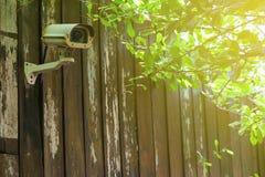 Cámara CCTV de la seguridad con las hojas imagen de archivo