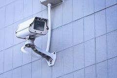 Cámara CCTV en el alto edificio de la pared Foto de archivo libre de regalías
