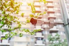 Cámara CCTV en la ciudad en el público al aire libre de la calle fotos de archivo