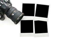 Cámara con los marcos polaroid en blanco Fotografía de archivo libre de regalías