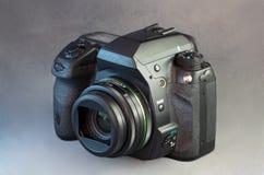 Cámara de Digitaces SLR y lente granangular foto de archivo
