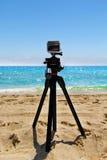 Cámara de la acción de Digitaces de la edición del negro de GoPro HERO3+ montada en un trípode en la playa del Fort Lauderdale en Imágenes de archivo libres de regalías