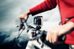 Cámara de la acción montada en la bici de montaña Imagenes de archivo