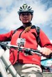 Cámara de la acción montada en la bici de montaña Imagen de archivo