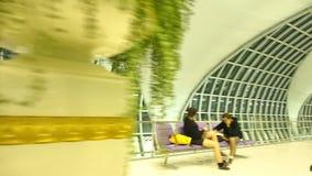 Cámara de la cacerola y del carro en puertas de salida del aeropuerto de Suvanaphumi almacen de video