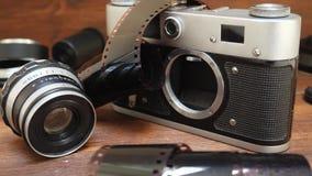 Cámara de la foto con la película fotográfica y la lente almacen de metraje de vídeo