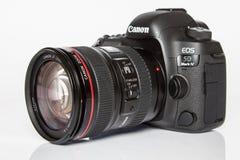 Cámara de la foto del profesional DSLR de la marca IV del FOE 5D de Canon en el fondo reflexivo blanco Imagen de archivo libre de regalías