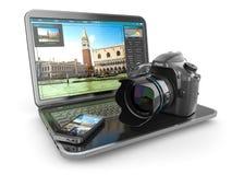 Cámara de la foto, ordenador portátil y teléfono móvil Periodista o viajero Fotografía de archivo libre de regalías