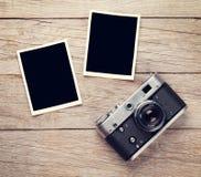 Cámara de la película del vintage y dos marcos en blanco de la foto Fotos de archivo