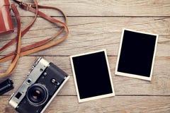 Cámara de la película del vintage y dos marcos en blanco de la foto Imagen de archivo