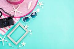 Cámara de la película de los accesorios de la playa, marco, gafas de sol, estrellas de mar, sombrero de la playa y cáscara retros fotografía de archivo