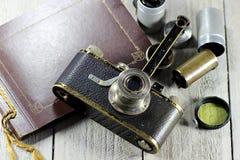 Cámara de Leica I del vintage con los accesorios en fondo de madera Imágenes de archivo libres de regalías