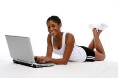 Cámara de mirada adolescente de la computadora portátil en Imagen de archivo