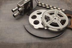 Cámara de película, rollos de película y clapperboards viejos fotos de archivo