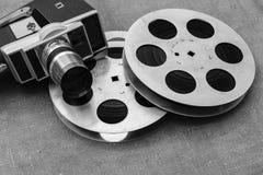 Cámara de película, rollos de película y clapperboards viejos fotografía de archivo libre de regalías