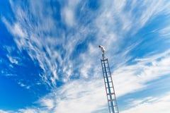 Cámara de seguridad bajo el cielo azul Foto de archivo