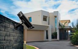 Cámara de seguridad con la casa Imagen de archivo libre de regalías