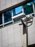 Cámara de seguridad doble en un edificio Imagen de archivo libre de regalías