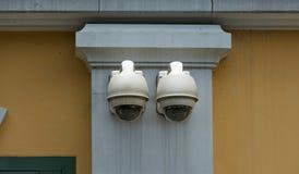 Cámara de seguridad en el edificio de la pared Fotos de archivo libres de regalías