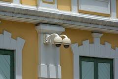 Cámara de seguridad en el edificio de la pared Imágenes de archivo libres de regalías