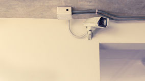 Cámara de seguridad en la pared Imagen de archivo