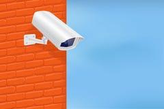 Cámara de seguridad en la pared de ladrillo roja Con el cielo azul Fotos de archivo