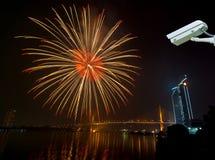 Cámara de seguridad que supervisa el sc de la noche de los fuegos artificiales de la Feliz Año Nuevo Fotos de archivo libres de regalías