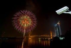 Cámara de seguridad que supervisa el sc de la noche de los fuegos artificiales de la Feliz Año Nuevo Imagenes de archivo