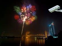 Cámara de seguridad que supervisa el sc de la noche de los fuegos artificiales de la Feliz Año Nuevo Imágenes de archivo libres de regalías