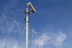 Cámara de seguridad y alambre de púas imagen de archivo libre de regalías